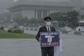 조승현 의대협 회장, 의대 증원 당정 정책 규탄 1인 시위 진행